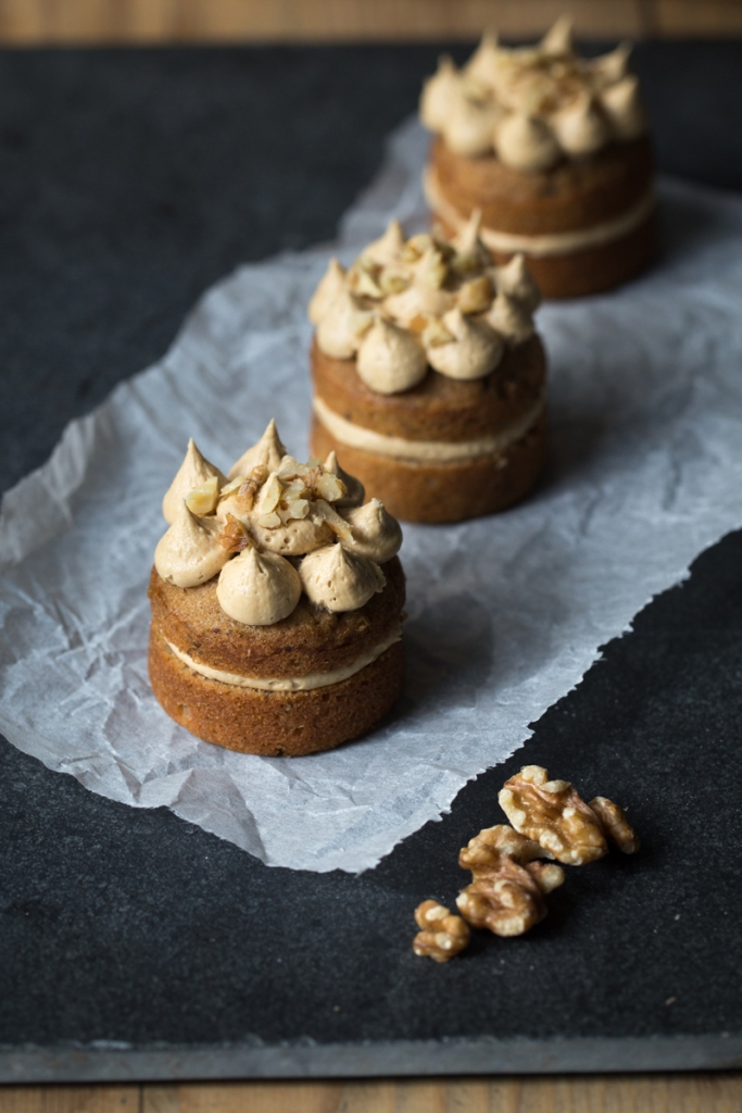 mini coffee and walnut cakes-7037